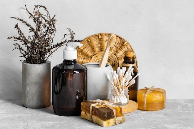 Vista frontal de produtos de limpeza ecológicos com sabonete e cotonetes