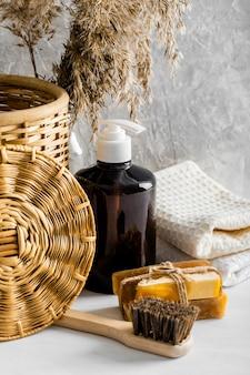 Vista frontal de produtos de limpeza ecológicos com sabonetes e escova