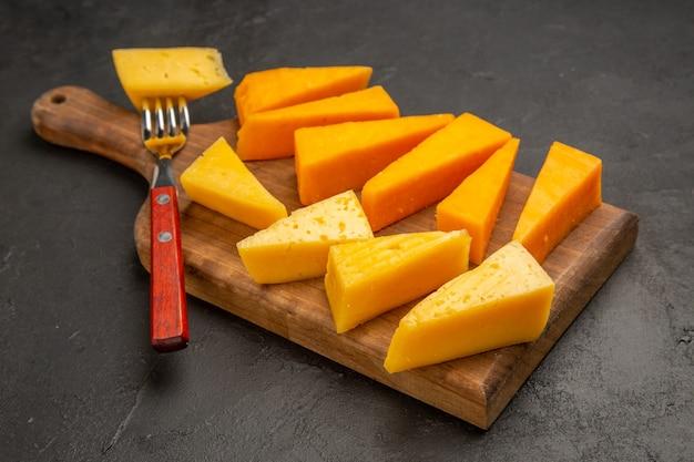 Vista frontal de queijo fresco fatiado em cor cinza-escuro de alimentos café da manhã cips