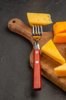 Vista frontal de queijo fresco fatiado em refeição cinza-escuro foto comida café da manhã cips cor
