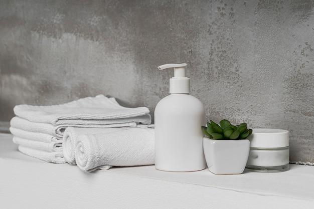 Vista frontal de recipientes vazios de produtos cosméticos no banheiro