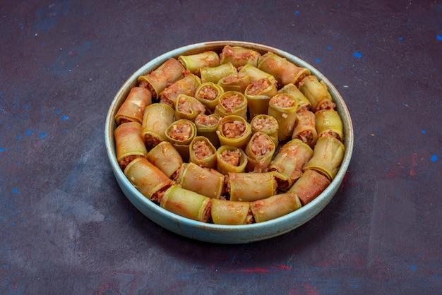 Vista frontal de rolos de carne enrolados com vegetais dentro da panela na superfície escura carne jantar comida refeição vegetais