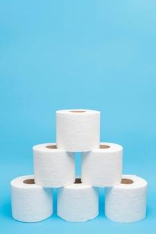 Vista frontal de rolos de papel higiênico empilhados em forma de pirâmide