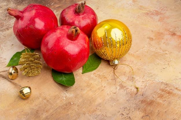 Vista frontal de romãs vermelhas frescas em foto colorida de fundo claro suco suave de frutas natal