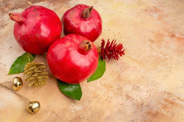 Vista frontal de romãs vermelhas frescas em uma foto colorida de fundo claro suco de fruta suave