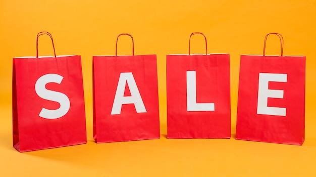 Vista frontal de sacolas de compras em promoção