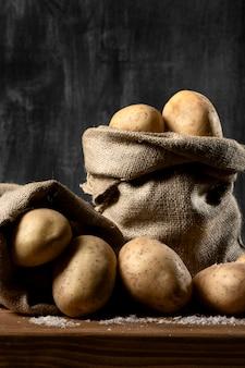 Vista frontal de sacos de estopa com batatas