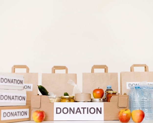 Vista frontal de sacos e caixas de doação com espaço de cópia