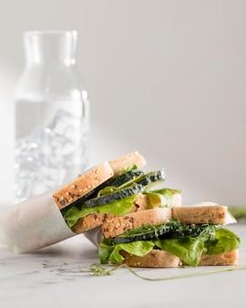 Vista frontal de sanduíches com verduras e pepino