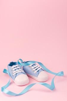 Vista frontal de sapatos de bebê fofo