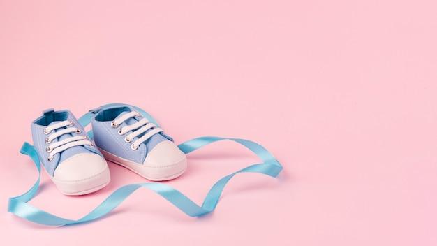 Vista frontal de sapatos de bebê