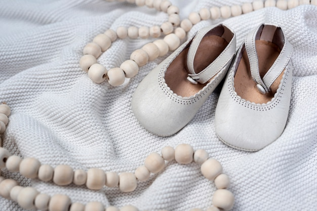 Vista frontal de sapatos de menina bonitinha no cobertor
