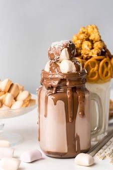 Vista frontal de sobremesas com marshmallows e pretzels