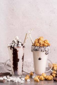 Vista frontal de sobremesas em frascos com marshmallows e cópia espaço