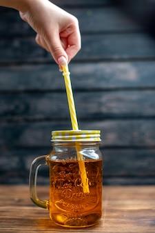Vista frontal de suco de maçã fresco dentro da lata com canudo na cor escura da bebida da fruta