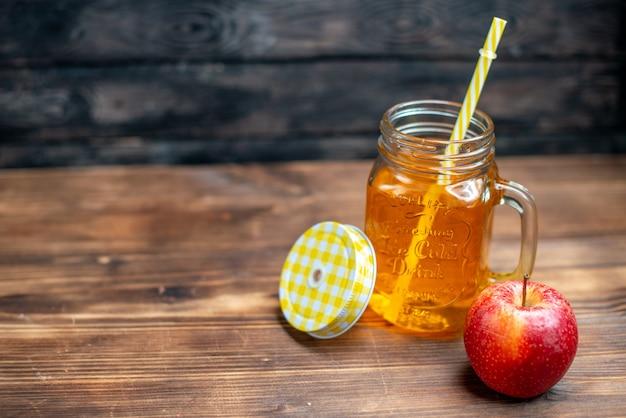 Vista frontal de suco de maçã fresco dentro da lata com maçã fresca na cor escura de bebida de frutas em barra