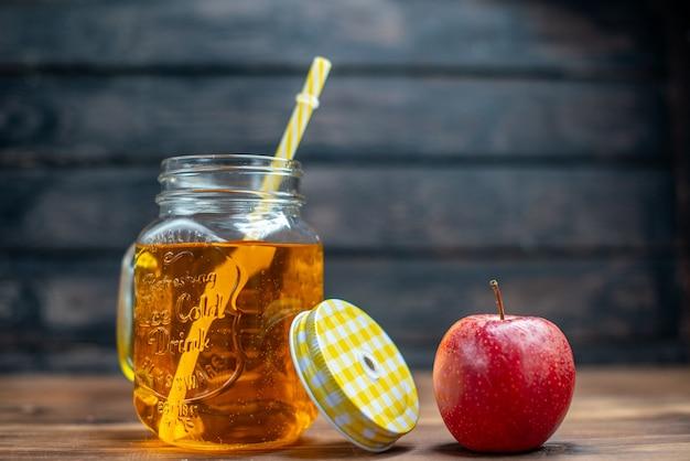 Vista frontal de suco de maçã fresco dentro da lata com maçãs frescas no bar escuro.