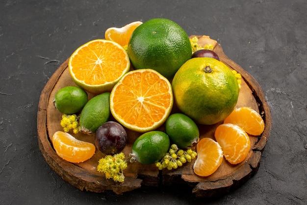 Vista frontal de tangerinas verdes frescas com feijoas no espaço escuro