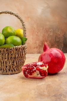 Vista frontal de tangerinas verdes frescas dentro da cesta na foto de fundo claro suco de frutas suaves