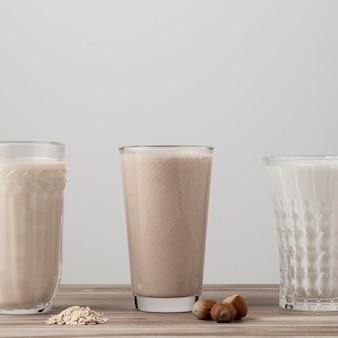 Vista frontal de três copos de leite diferentes