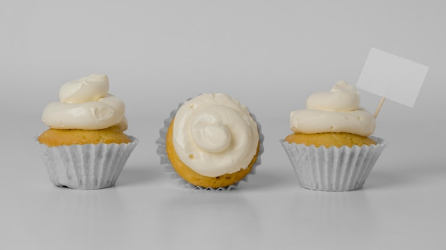 Vista frontal de três cupcakes