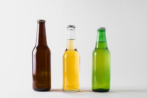 Vista frontal de três garrafas de cerveja na mesa