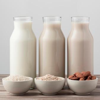 Vista frontal de três garrafas de leite diferentes