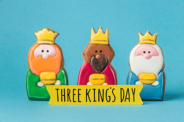 Vista frontal de três reis com coroas para o dia da epifania
