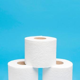 Vista frontal de três rolos de papel higiênico empilhados com espaço de cópia