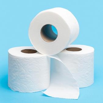 Vista frontal de três rolos de papel higiênico