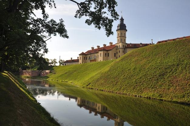 Vista frontal de um belo castelo. localizado em uma muralha de terra