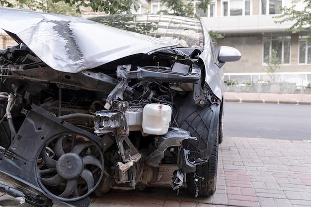 Vista frontal de um carro destruído