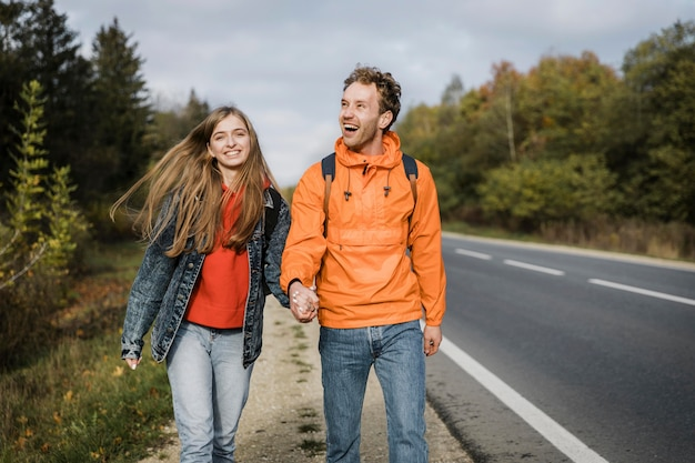Vista frontal de um casal feliz em uma viagem de carro