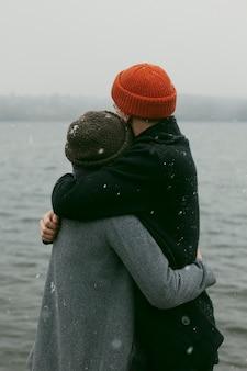 Vista frontal de um casal lindo e feliz