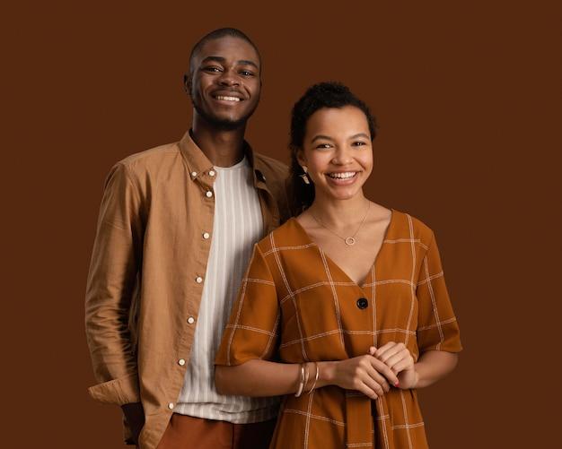 Vista frontal de um casal sorridente