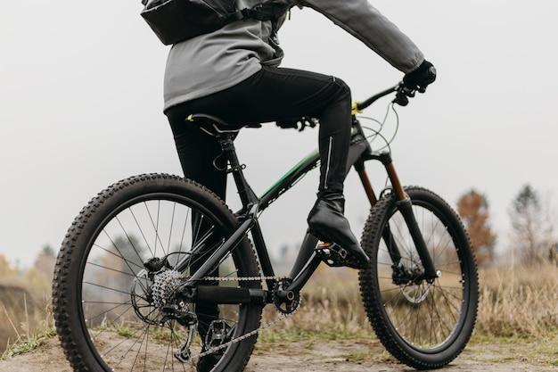 Vista frontal de um homem andando de bicicleta