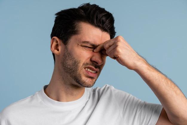 Vista frontal de um homem com dor de cabeça