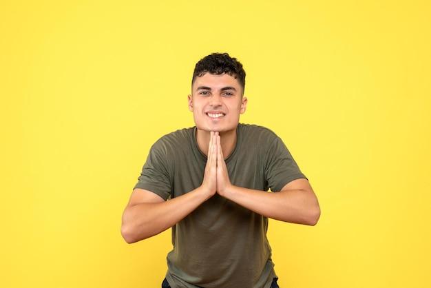 Vista frontal de um homem cruzando as mãos em oração