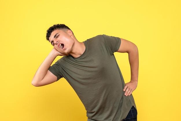 Vista frontal de um homem descontente curvado por causa de uma dor de ouvido