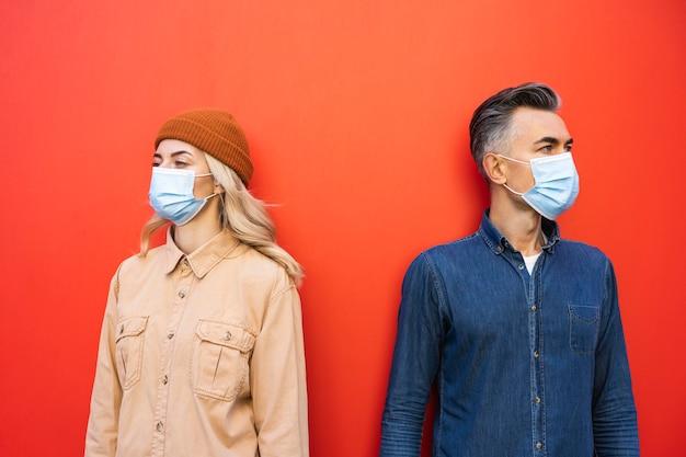 Vista frontal de um homem e uma mulher com máscara facial