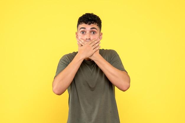 Vista frontal de um homem, o cara chocado cobriu a boca com os braços cruzados