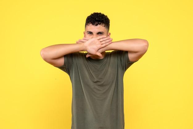 Vista frontal de um homem, o cara descontente cobre a boca com as palmas das mãos