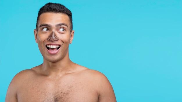 Vista frontal de um homem sem camisa com máscara no nariz
