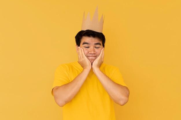 Vista frontal de um homem usando uma coroa com espaço de cópia