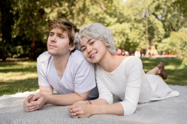 Vista frontal de um lindo casal ao ar livre em um cobertor