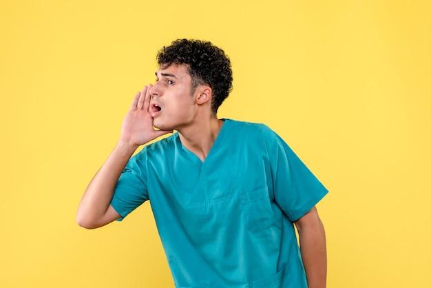 Vista frontal de um médico o médico chama o paciente para uma cirurgia
