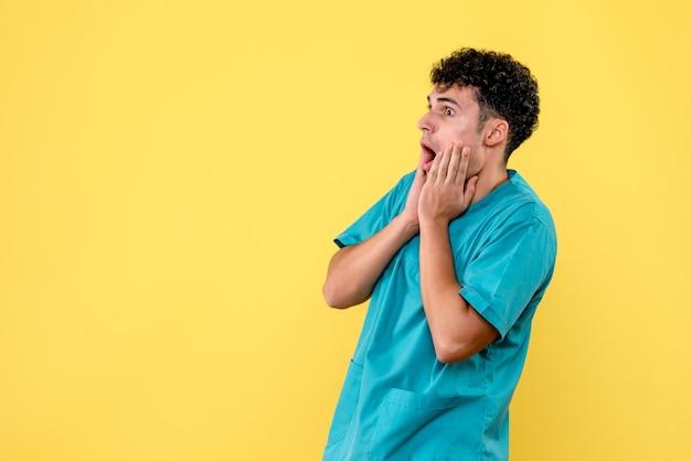 Vista frontal de um médico que o médico tem medo de covid-