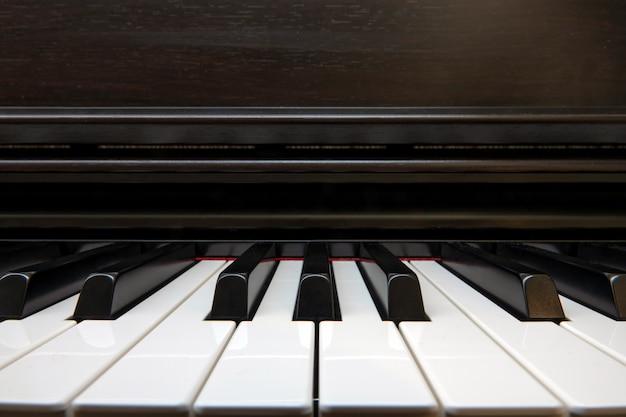 Vista frontal de um piano de jazz preto e branco