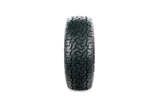 Vista frontal de um pneu todo terreno projetado para uso em todas as condições de estrada isoladas em fundo branco.