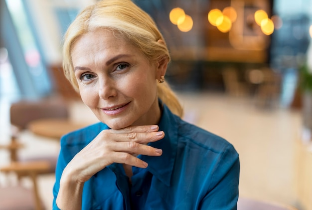 Vista frontal de uma atraente mulher de negócios mais velha posando enquanto sai para trabalhar